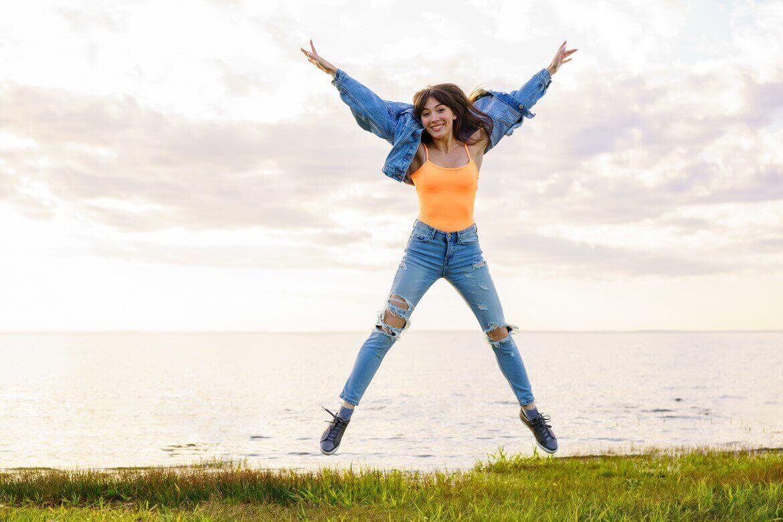 Красивая девушка прыгает
