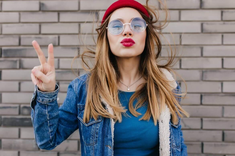 Девушка показывает 2 пальца