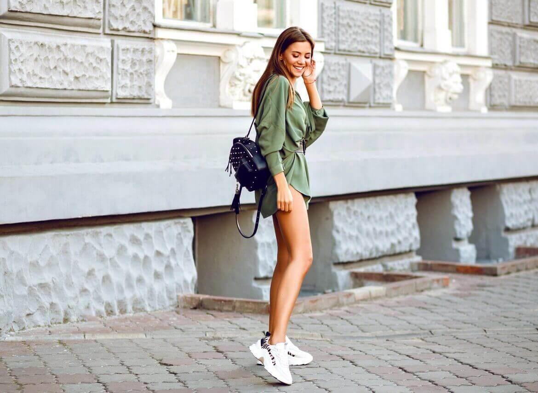 Модная девшука на прогулке