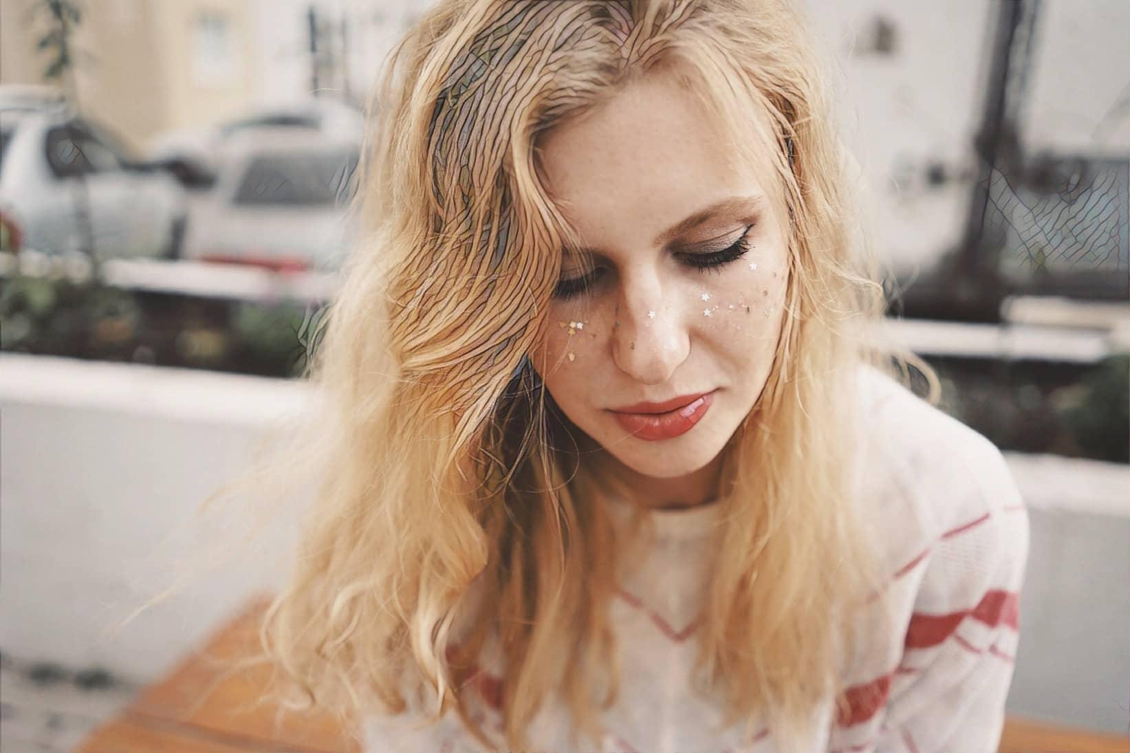 девушка с косметикой фотто