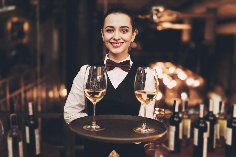 фото девушки с вином, которое вызывает прыщи