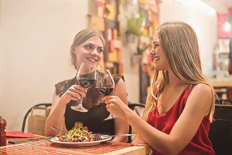 Девушки пьют красное вино которое вызывает прыщи