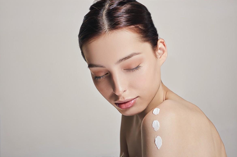 фото девушки, которая увлажняет проблемную кожу