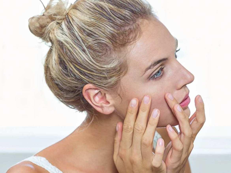 фото девушки во время использования масла абрикосовых косточек от акне