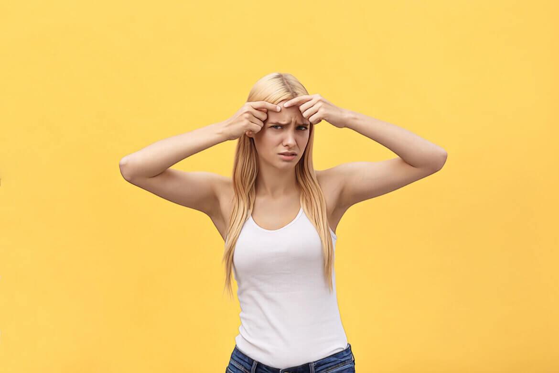 фото девушки с акне на желтом фоне