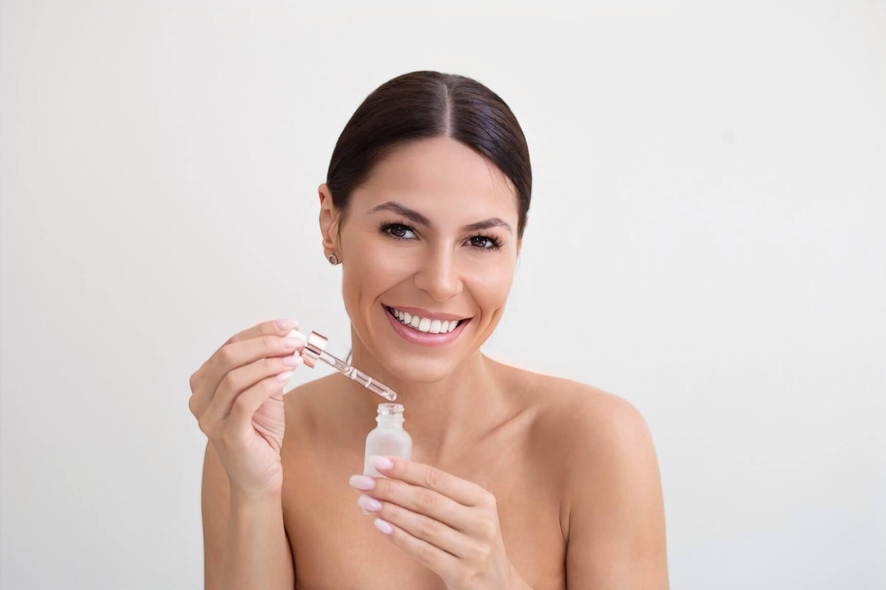 Веселая девушка радуется, как ей помогла косметика