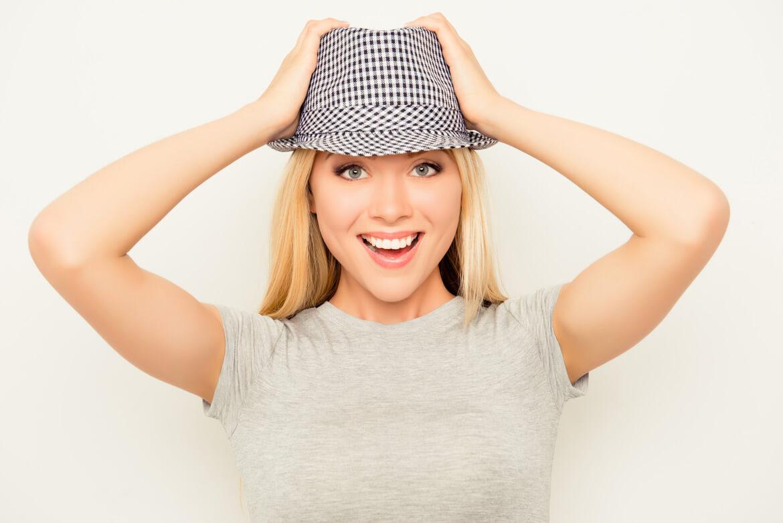 Девушка в шляпе очень удивлена