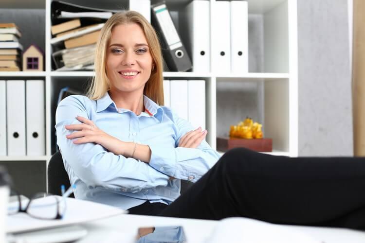 Деловая женщина отдыхает в офисе после работы