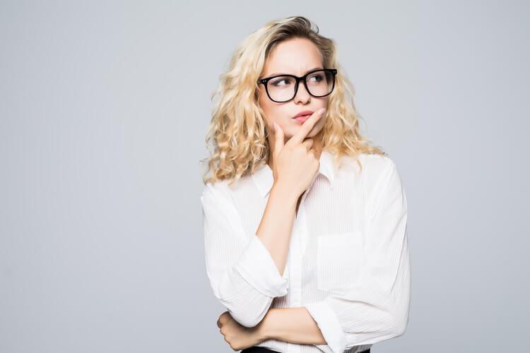 Красивая думающая блондинка деловая женщина