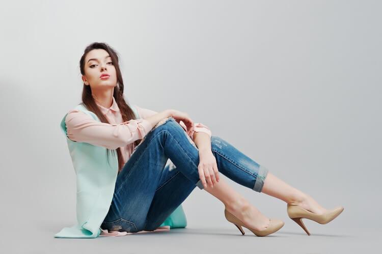 Сидящий портрет молодой брюнетки в розовой блузке