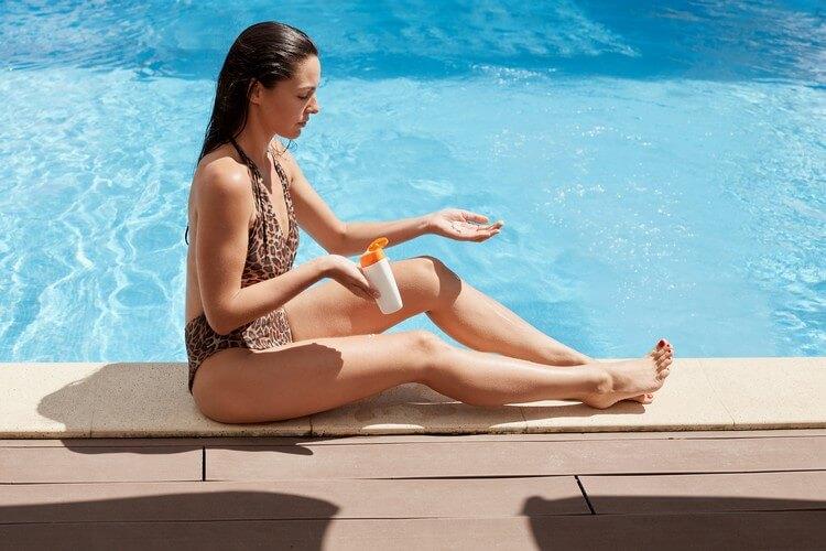 Девушка сидит у бассейна