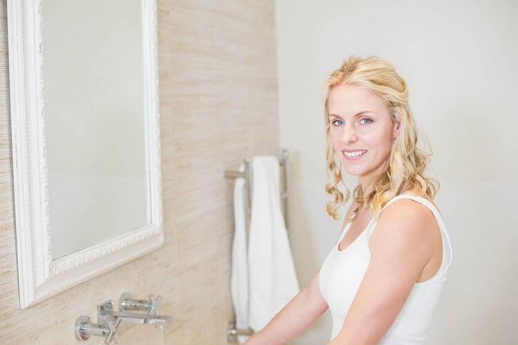 Красивая женщина заботится о себе в ванной