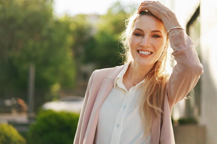 портрет молодой бизнес-леди на открытом воздухе