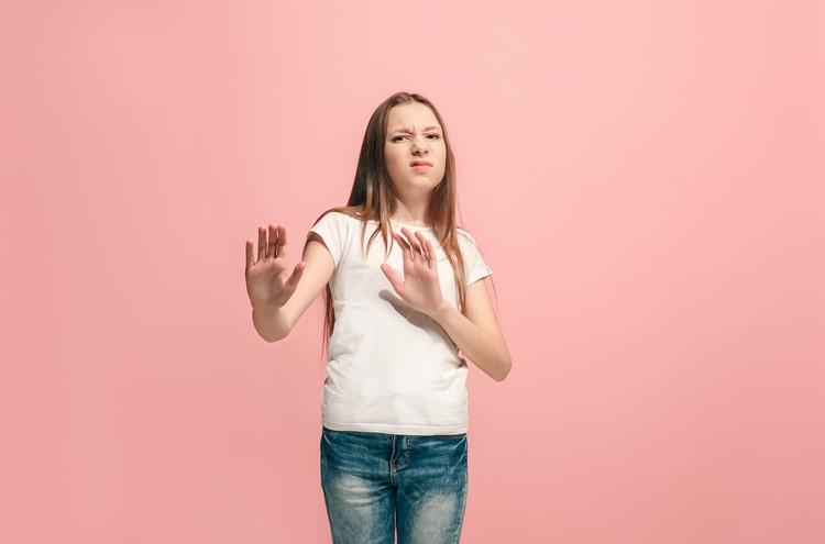 олодая эмоциональная девочка отвергая что-то против