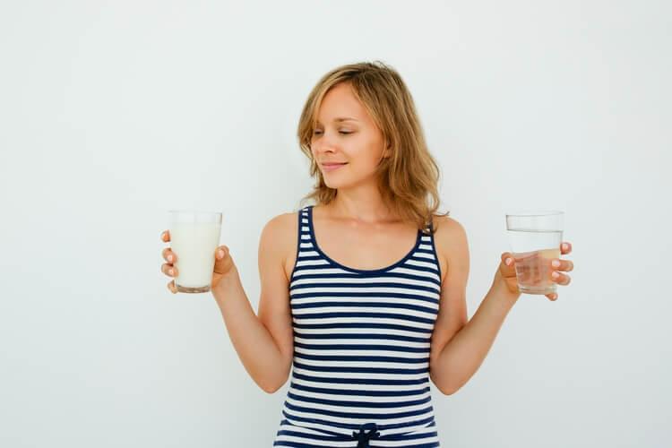 202pretty-woman-choosing-water-milk